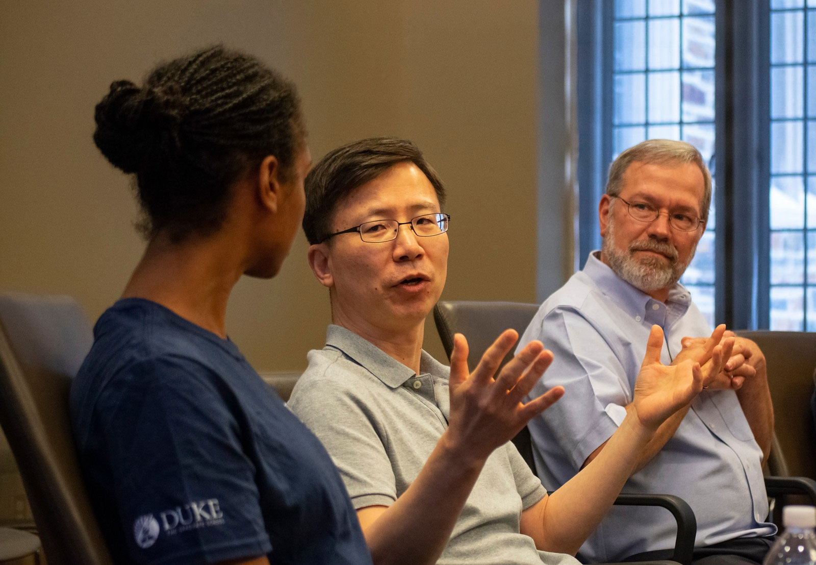 Faculty champion Jiyong Hong (center) talks with a student during Early Start